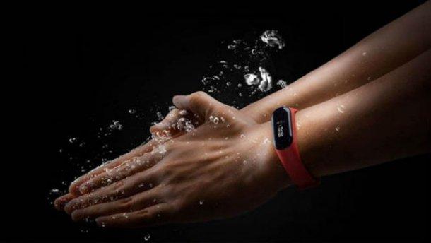 Погружение в воду с фитнес-браслетом