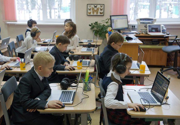 Дети в школе на ноутбуками