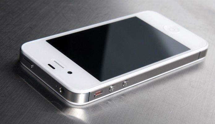 iPhone 4 на столе
