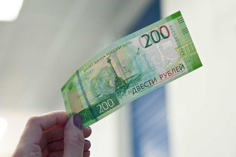 Загляни в свой кошелёк: как определить подлинность купюр 2000 и 200 телефоном