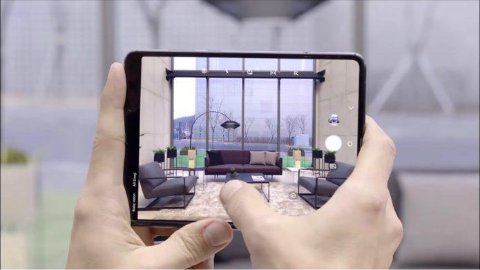 Три камеры над основным дисплеем позволяют сделать качественное фото