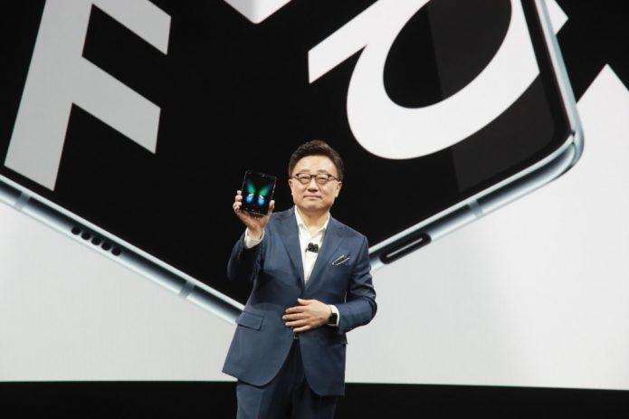Генеральный директор Samsung DJ Koh держит Galaxy Fold