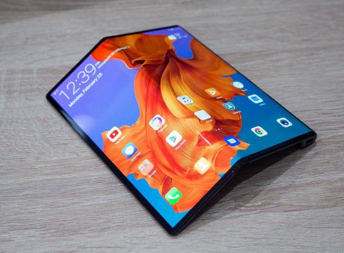 Huawei Mate X в полусогнутом виде