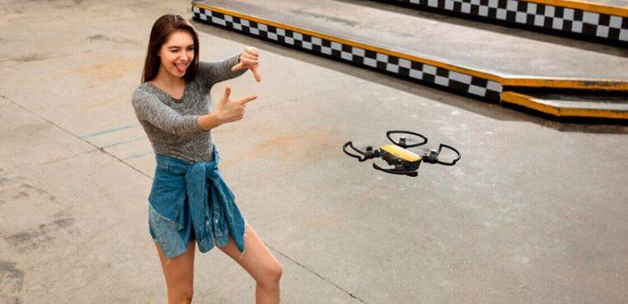 Девушка с селфи-дроном