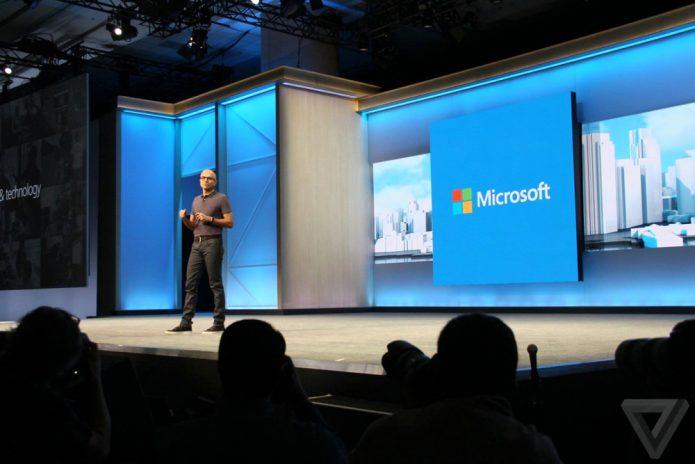 Представитель Microsoft выступает на ежегодной бизнес-конференции Build