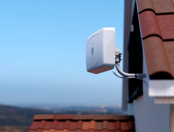 Наружная Wi-Fi-антенна установлена под крышей дома