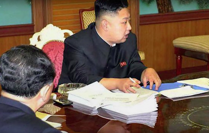 Ким Чен Ын с телефоном