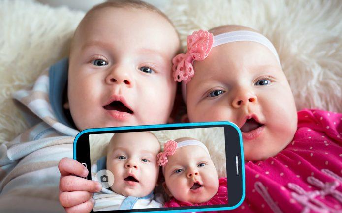 Фото детей на телефоне