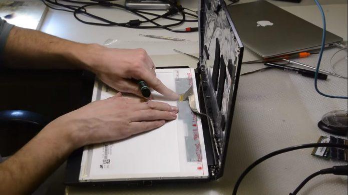 Отсоединение шлейфа матрицы на ноутбуке