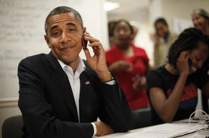 Барак Обама говорит по телефону