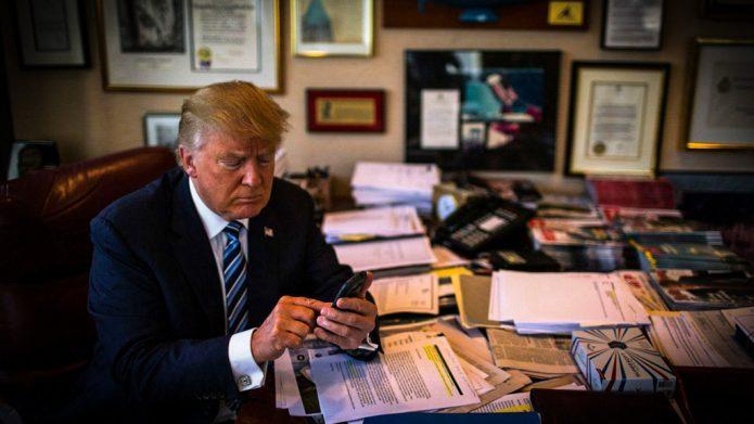 Трамп со смартфоном Самсунг