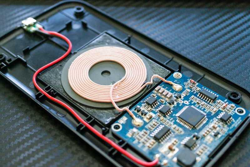 Как зарядить телефон беспроводной зарядкой, даже если он ее не поддерживает