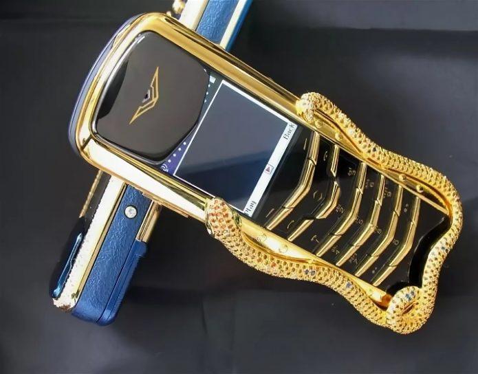 Телефон у Абрамовича — какой марке многие годы предан бизнесмен