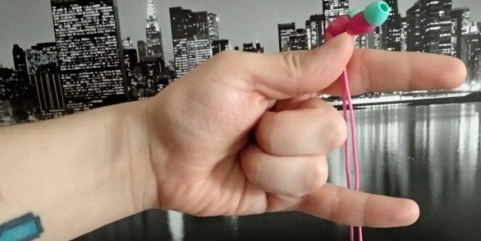 «Коза» пальцами