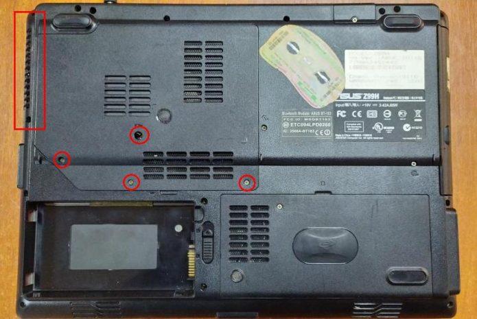 На задней панели ноутбука красным маркером отмечены винты, которые следует открутить для доступа к процессору