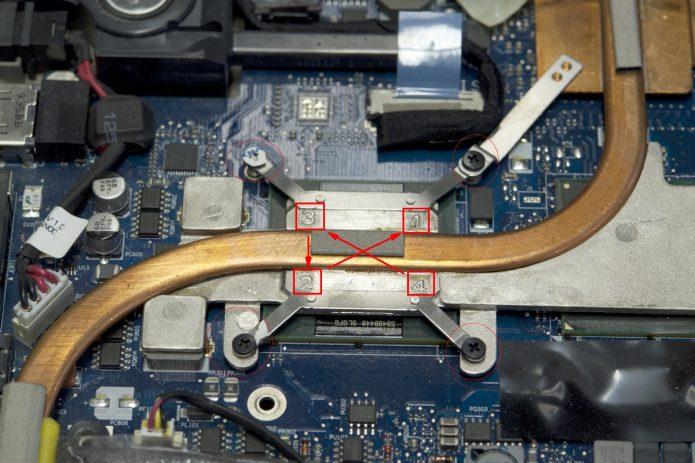 Порядок выкручивания винтов радиатора обозначен на скриншоте маркером