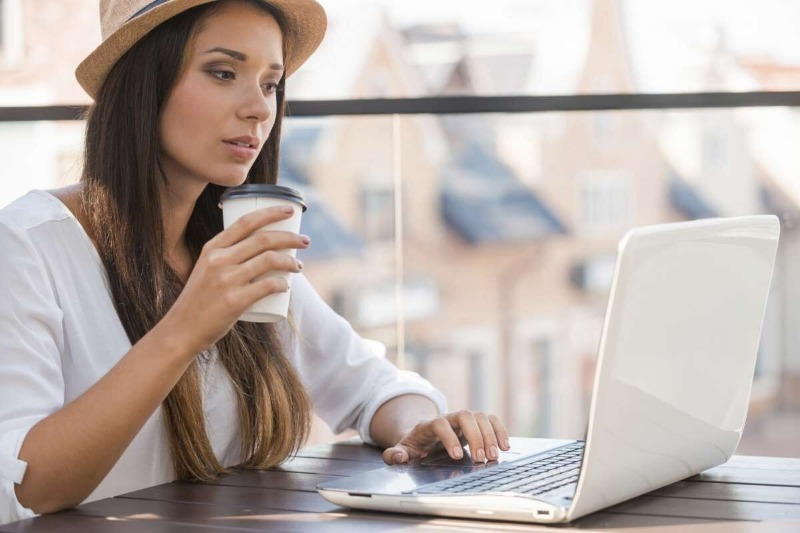 Девушка у ноутбука