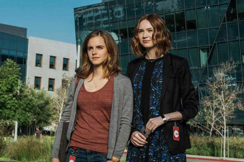 Две девушки на фоне застеклённого здания