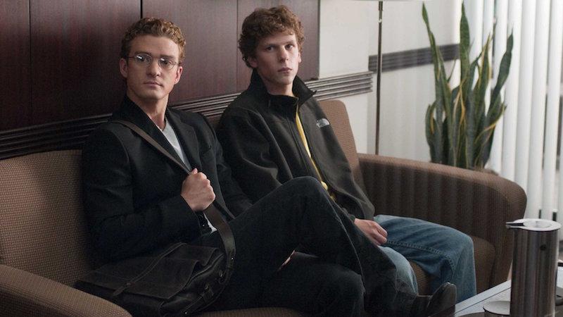 Два парня сидят на диване