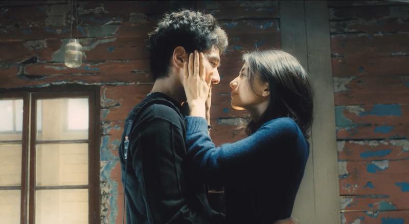 Девушка держит ладонями лицо парня