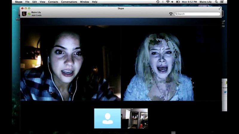 Две девушки на мониторе, одна в крови