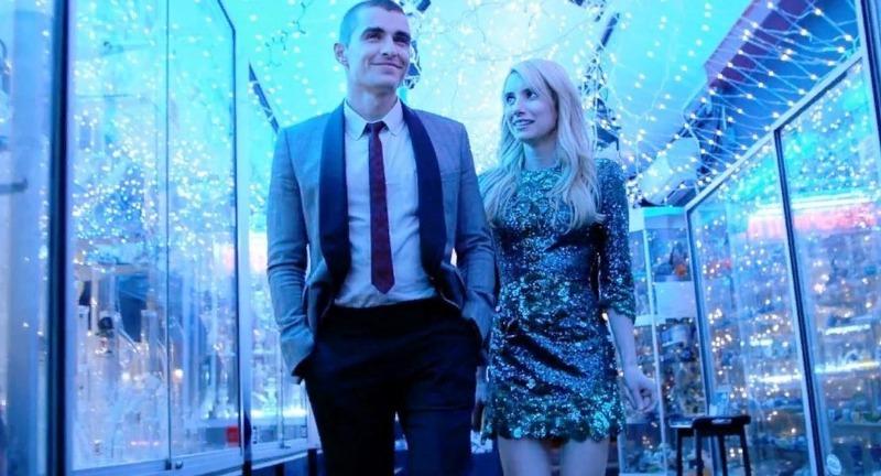 Девушка в блестящем платье и мужчина между витрин магазинов