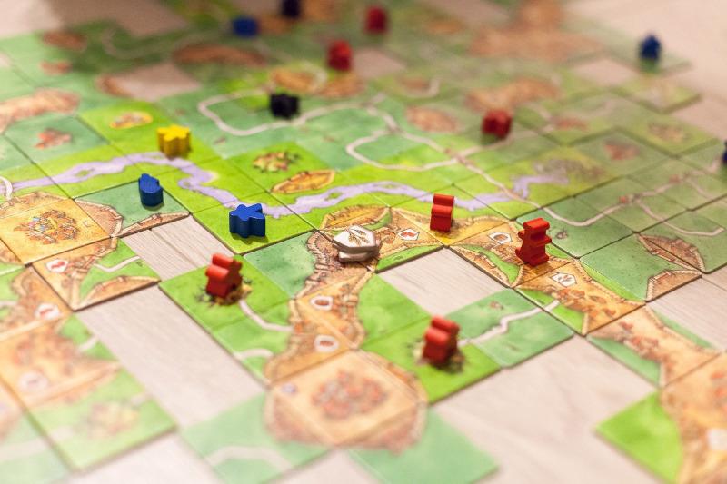 Чем заняться в свободное время: настольные игры и их аналоги для смартфона
