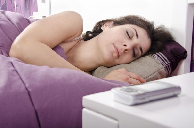 4 причины убрать сотовый телефон подальше с прикроватной тумбочки
