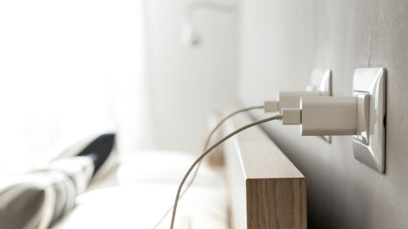 3 мифа об оставленных в розетке зарядных устройствах